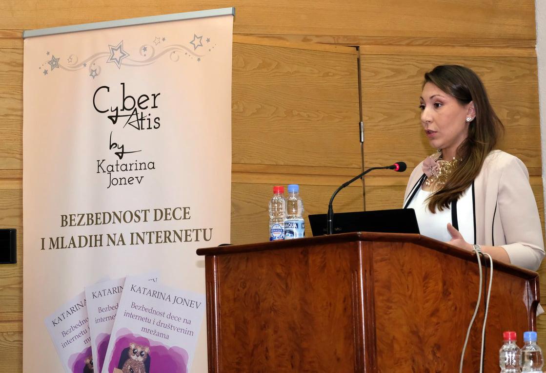 Ko treba da zaštiti decu od opasnosti na internetu?